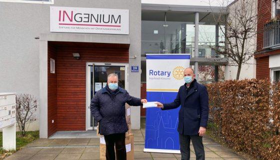 Oskar Platzer von der INGENIUM-Stiftung nimmt die 6.000 Mund-Nase-Masken von Uwe Hartmann vom Rotary Club Ingolstadt-Kreuztor entgegen.